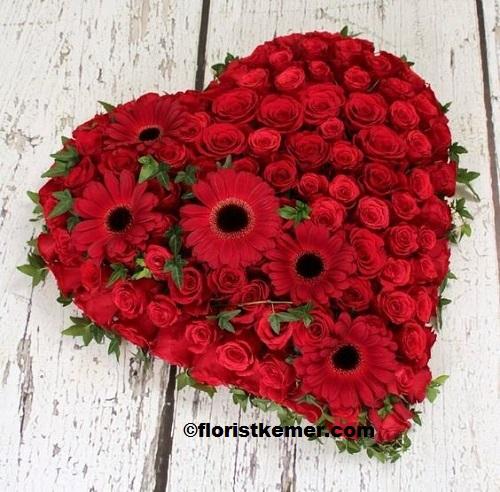 vazoda celbera lilyum Kalp Kırmızı Gül Arajman