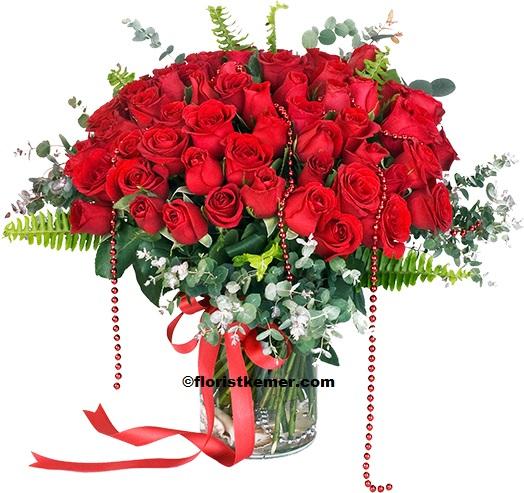 beyaz lilyum ve kırmızı gül buket 51 Adet Kırmızı Gül Vazoda