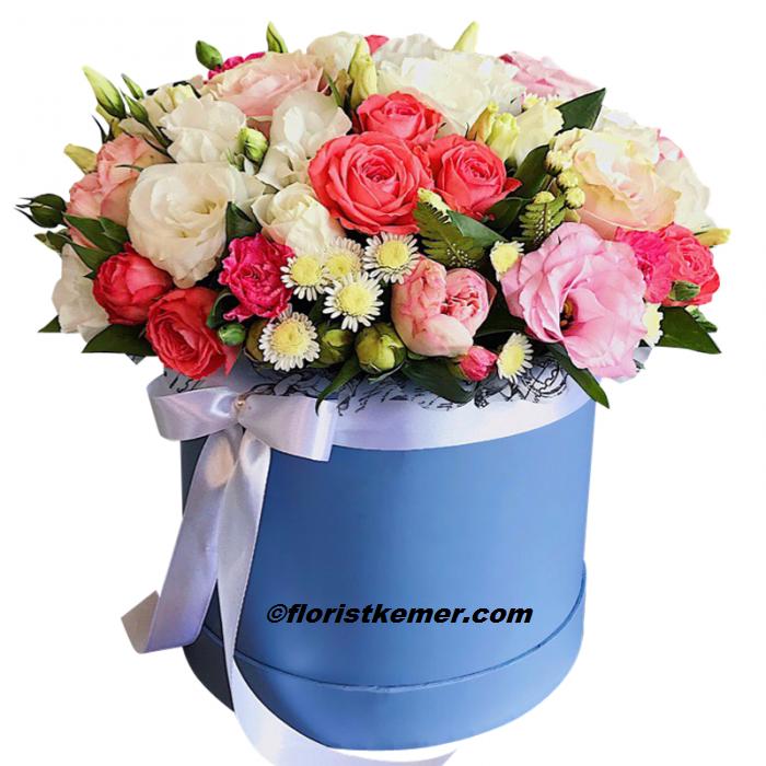 beyaz lilyum ve kırmızı gül buket Mavi Kutuda Renkli Çiçekler