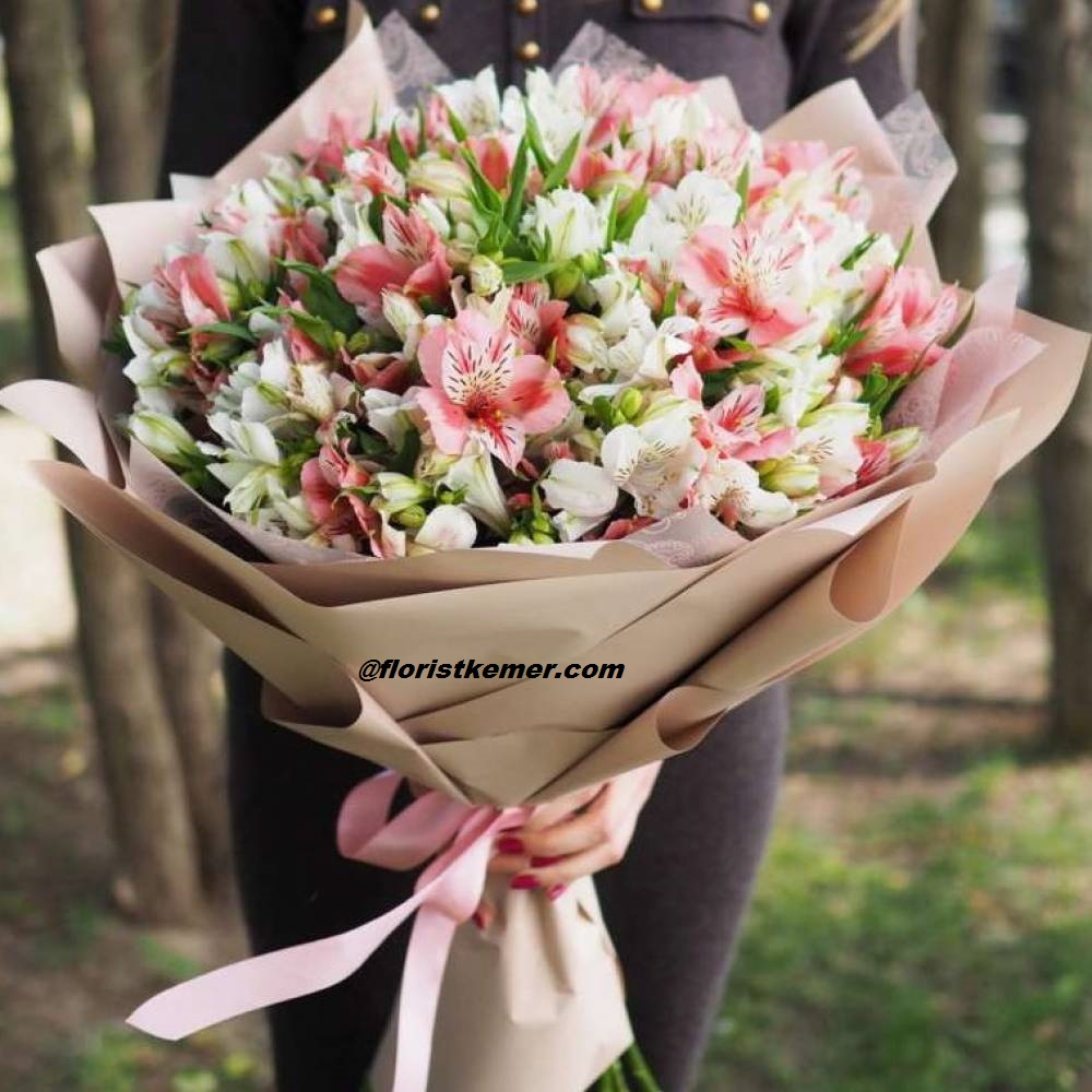 kutuda beyaz güller Pembe Beyaz Astomerya Buket